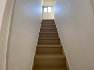 2階への階段です♪階段はじゅうたんが貼られており、昇り降りしやすいです!!ぜひ現地でご確認ください(^^)