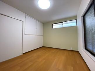 2階洋室6帖です♪バルコニーに面した開放的な室内です!!ぜひ現地をご覧ください!!いつでもご案内させて頂きます♪