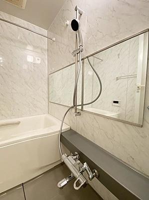 バスルームはモノトーンカラーでスタイリッシュな雰囲気。