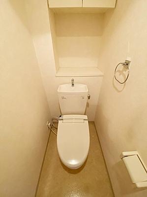 温水洗浄便座付トイレ新設、吊戸棚が嬉しいですね。
