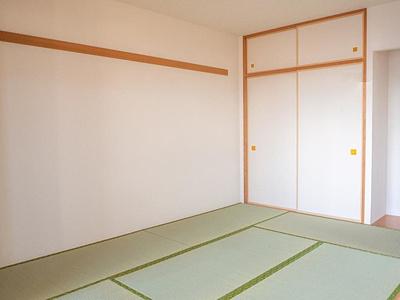 和室は畳交換、襖張替済。趣のある空間です。