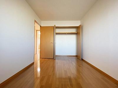 約6帖の洋室にはベッドなどの大型家具もしっかり置けますね。