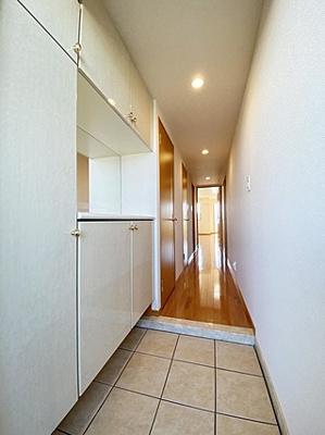 豊富な収納スペースで玄関回りがすっきり片付きます。