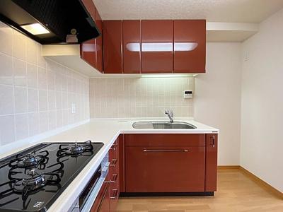 広々とした作業スペースが確保できるL字型キッチンを採用。