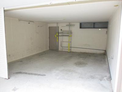 掘り込みガレージは3台駐車することができます。