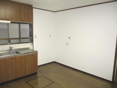 システムキッチンの横に、冷蔵庫が置けるスペースあり。