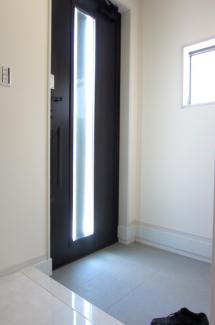 採光窓がある明るい玄関