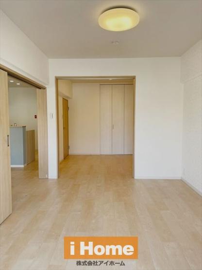 【洋室 約6.3帖】 LDKとの扉を開いて広々リビングとしてもお使いいただけます!