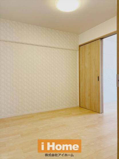 【洋室 約4.7帖】 収納付きのお部屋です!