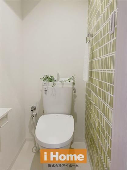 トイレ新調しています! 北欧テイストの壁紙がオシャレです。