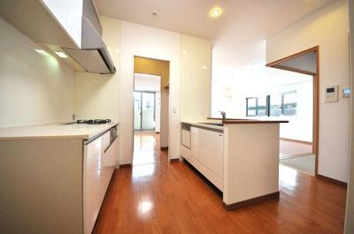 広い作業スペースのあるキッチンなら、以前よりも増えたお家時間で家族一緒に料理を作るのも楽しいですね♪