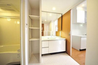 清潔感のある白い洗面化粧台♪棚もあるのでタオルや掃除用品など収納できて便利です♪