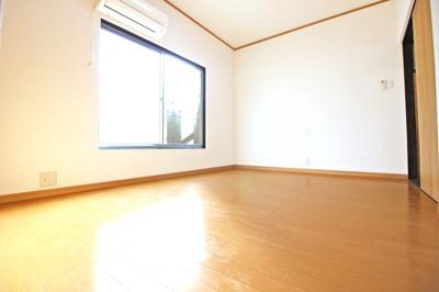 《南側洋室6帖》2階の南側にあるこちらの寝室は、南側に窓があり外にはバルコニーがあります。
