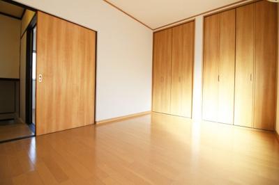 《南側洋室6帖》こちらのお部屋にはクローゼットが完備されています。洋服がかけられるので衣類がスッキリと収納できます。