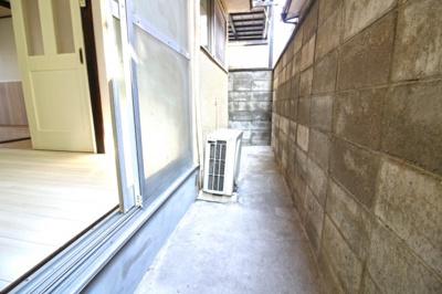 南側洋室の掃き出し窓の外には、スペースがあります。《洗濯機置き場》もあります。