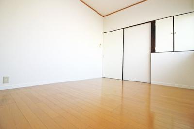 《北側洋室6帖》小さい収納もあります。《ローンの事やお家探しのご相談は(株)ゆいホームにお任せ下さい。ちょっとした疑問にも解りやすくお応えします。》お気軽にどうぞ(^^)/