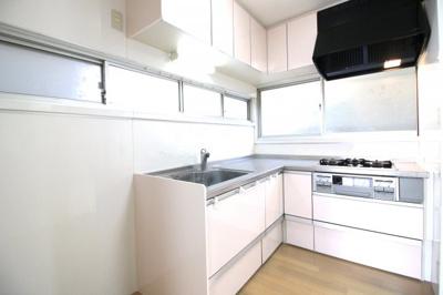システムキッチンは使い勝手のよいL字型キッチンです。窓も多くて明るく風通しのよいキッチンです。