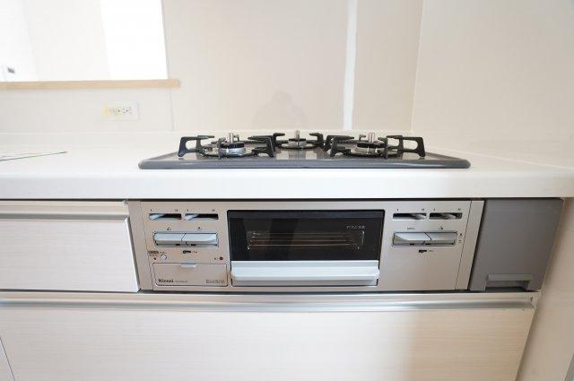 グリル付きのガス台は3つ口コンロでたくさんお料理できます。