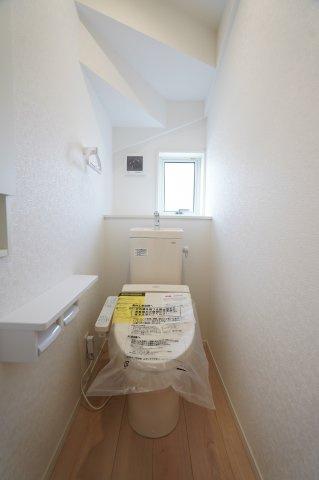 窓のある明るい1階トイレです。温水暖房便座で快適に使えます。