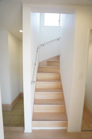 玄関の先にある階段です。手すりが設置されています。フットライトがあるので夜の昇り降りも安心ですね。