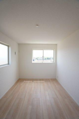 7.5帖の寝室です。白壁に木目調のナチュラルなフローリングで明るいお部屋です。
