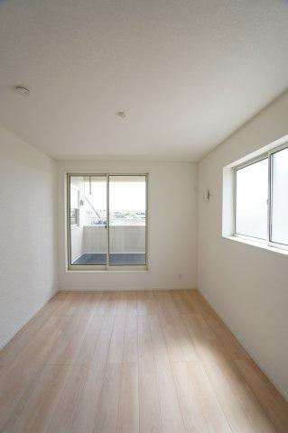 6帖の洋室です。2つ窓があり明るく風通しも良いお部屋です。