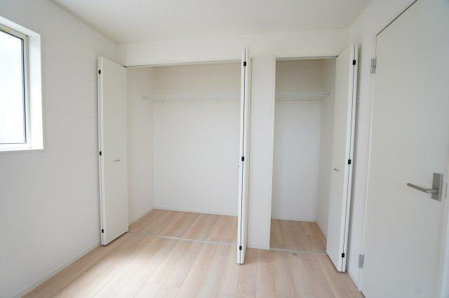クローゼットが2つ並んでいるのでたくさん収納できてお部屋がすっきり片付きます。