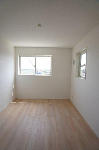 5.7帖子供部屋も明るいお部屋です。ベッドやテーブルなどの配置を考えるのも楽しいですね。