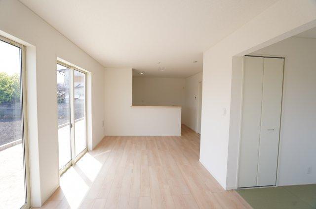 南向きのリビングの大きな窓が2つあり、陽射しがたっぷり入りあたたかいお部屋です。白壁に木目調のナチュラルなフローリングで明るいお部屋です。