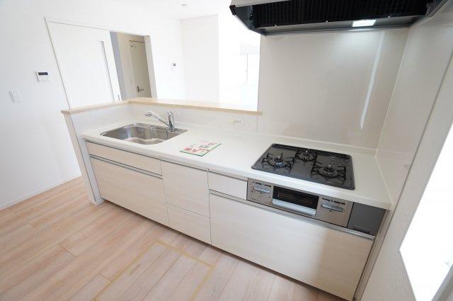 システムキッチンは使いやすくお手入れが簡単にでき、いつもキレイなキッチンを保つことができます。