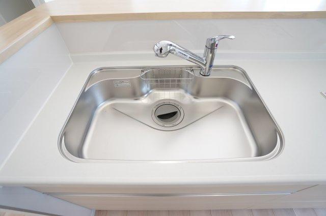 広いシンクで洗い物もはかどりますね。カウンターが高くなっているのでカウンターに置いたお料理に水しぶきが飛ぶ心配もありません。