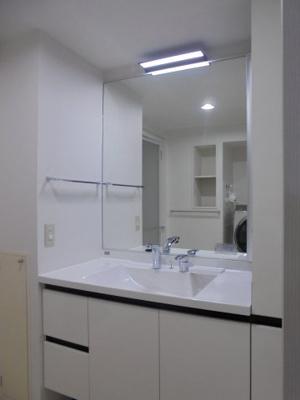 1枚鏡、人造大理石カウンター、タッチレスライト、シャワー付き水栓