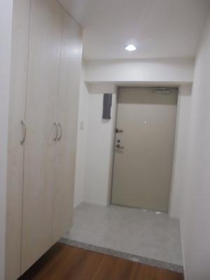 玄関床はフロアタイル、収納力のあるシューズボックス