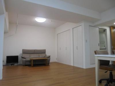 元々和室のお部屋をリビングとフラットなフローリングに張替え開放的なリビングです。