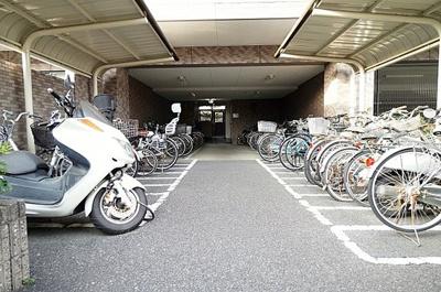 敷地内に屋根付きの駐輪場がございます。