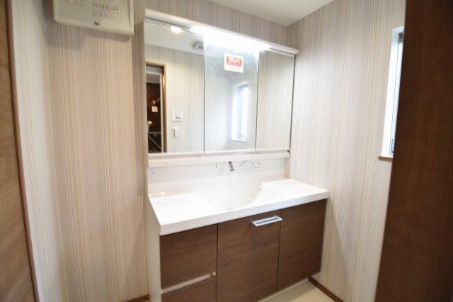 三面鏡付きの独立洗面化粧台! シャワーノズルや鏡のくもり止め機能など機能性とデザイン性に拘ってセレクト!