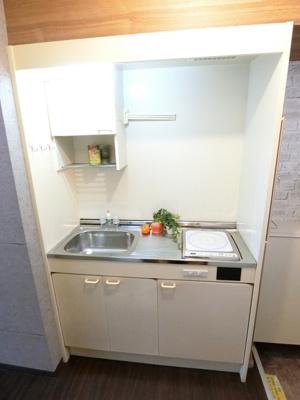 キッチンは1口IHクッキングヒーター♪フラットな天板でお掃除もラクラク♪火も使わないので安心です☆場所を取るお鍋やお皿もすっきり収納できます♪