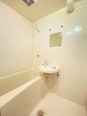 人気のバストイレ別です♪横にはタオルを掛けられるハンガーもあります♪壁紙はオシャレなデザインクロス☆