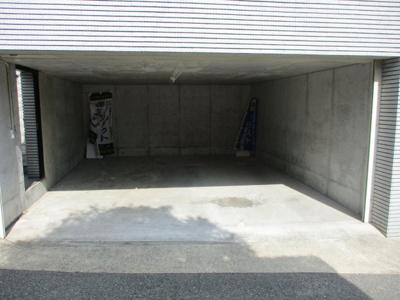 電動シャッター付き駐車場は並列2台可能です。