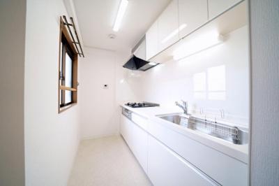 システムキッチン新規交換済みです。独立型キッチンですが、窓があるので換気がしっかりできます。