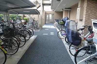 敷地内に屋根付きの駐輪場がございます。空き状況はお問い合わせ下さい。