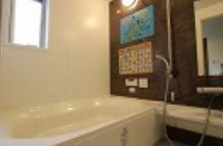 広々浴室です♪一日の疲れを癒してくれますね(^^)浴室乾燥機付きで雨の日のお洗濯物も困らないですね♪※居住中の為、事前にご連絡いただければご案内がスムーズです。