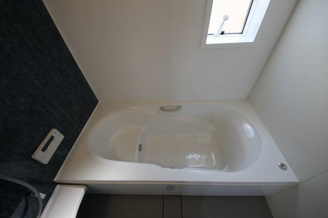 窓がついてるので換気もらくらく♪換気がラクにできるとカビ臭くない浴室が維持できますね♪