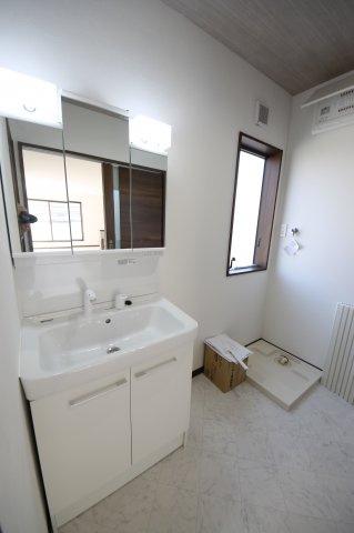 清潔感溢れるスタイリッシュなデザインの洗面化粧台♪