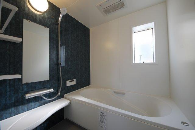 浴室も明るい空間です♪窓がついてるので換気もらくらく♪換気がラクにできるとカビ臭くない浴室が維持できますね♪