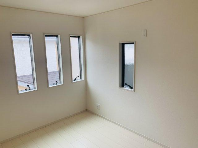 2階6帖 小窓がアクセントになって素敵なお部屋です。