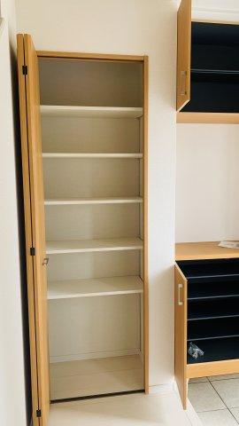 靴やスポーツ用品など収納できます。玄関回りがすっきり片付くのであると便利ですね。