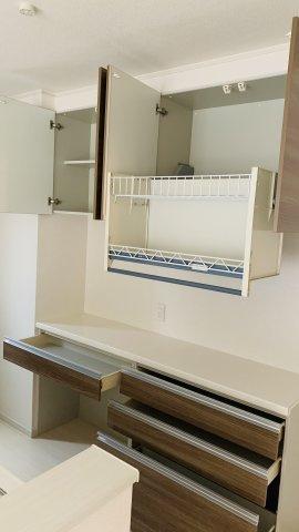 備え付けのカップボードですっきりと片付けられ清潔感のあるキッチンになります。