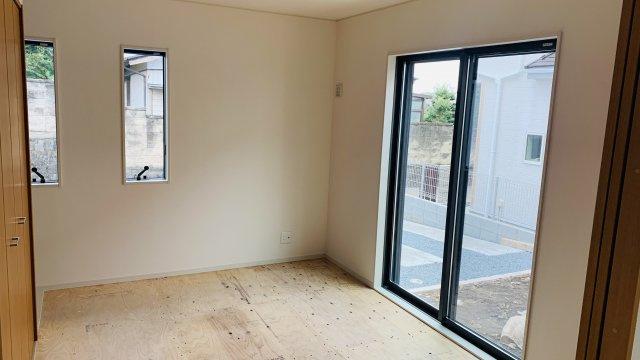 6.5畳 窓が多い和室です。明るく心地よい開放的な空間です。