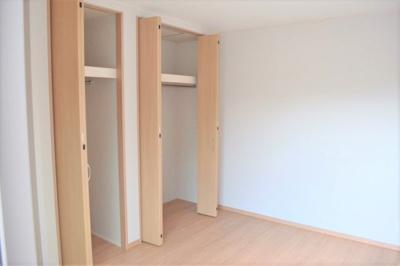 2階の3部屋の洋室は、各部屋にクローゼットが設けられており、収納が非常に充実しております※同仕様写真